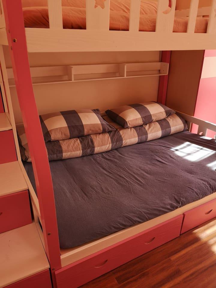 该图片手机自拍,非专业人士拍摄。 房间约16平米,独立卫生间,一个大飘窗。卧室坐北朝南,上下午都有阳光。 此亲子床,下床1米5,上床1米3,用踏步柜上下。