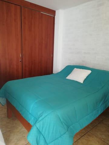 La habitación principal tiene una cama de dos plazas y baño privado . Se encuentra  en el primer piso, y tiene una ventana que da al patio, que le da iluminación natural.