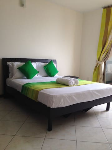 Ocean Breeze Apt: Bright & Sunny - Colombo - Apartament