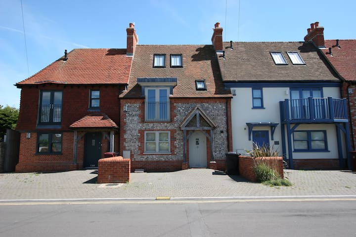 A Beautiful 3 Bedroom Cottage 150m From The Sea!