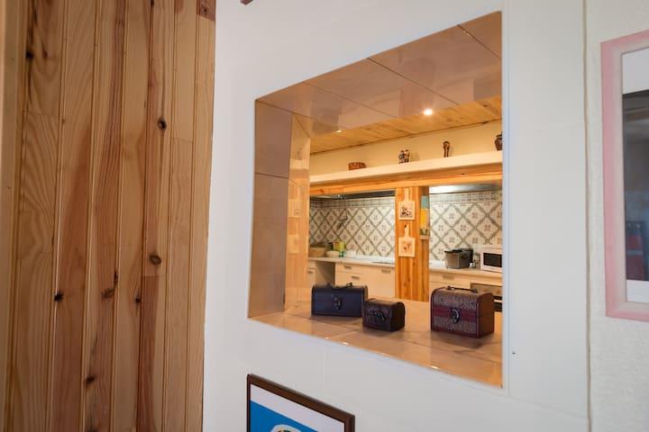 """Cozinha no edifício """"Beja Hostel"""" edifício da recepção."""