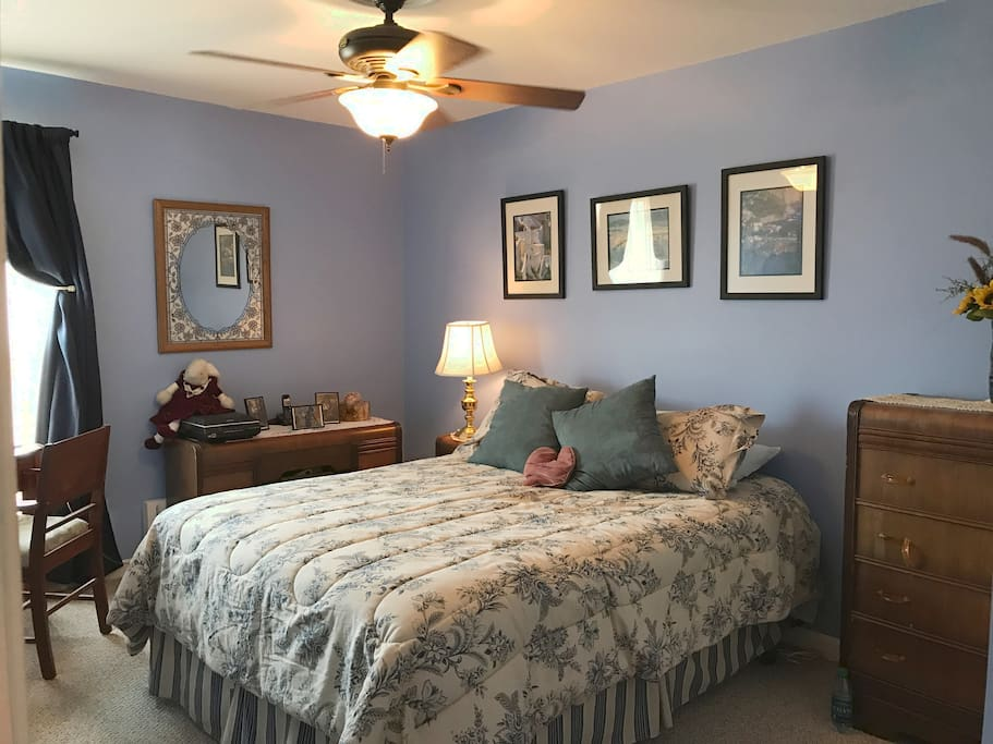 Large Bedroom Queen Size Bed Shared Bathroom