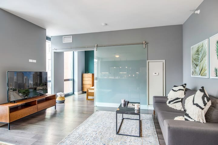 Sleek 1BR in The Loop w/Gym + Pool, close to parks by Blueground