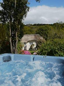 Stunning Thatch Cottage With Hot Tub Nr Falmouth - Cusgarne  - 独立屋