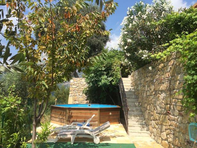 Vue côté Nord,piscine,escaliers,transats et douche