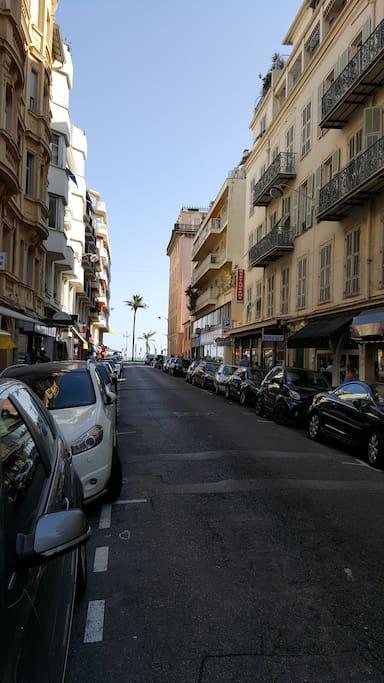 L'appartement est situé à côté de la mer. Au bout de la rue se trouve la mer.