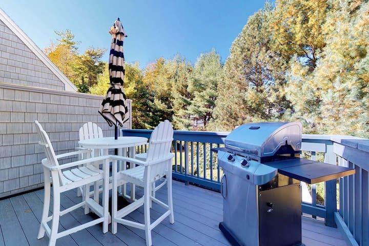 Cape Cod style condo w/grill & shared pool, sauna, gym - near beach