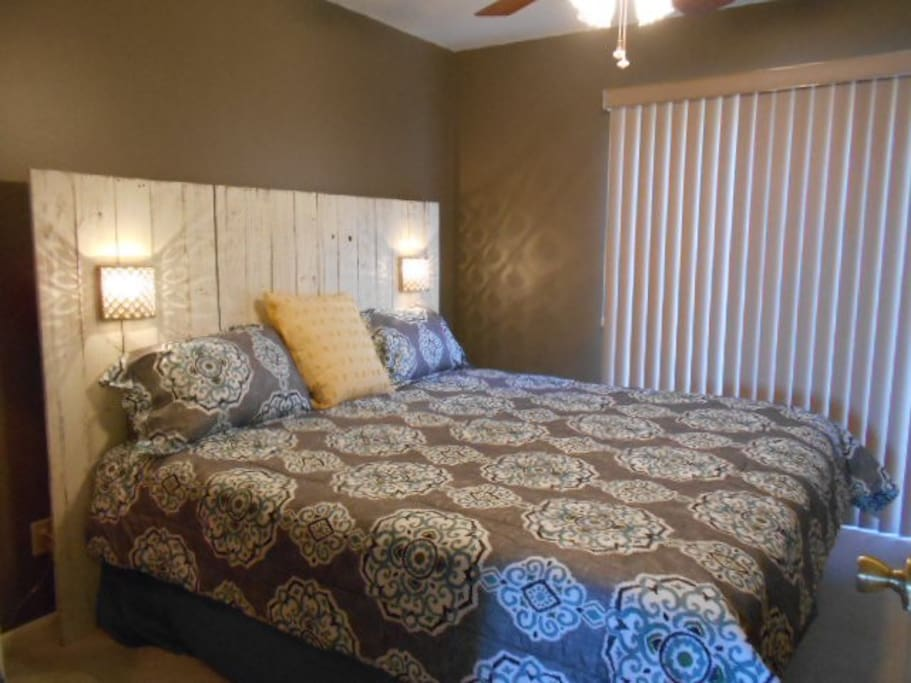 King size bed/bedroom