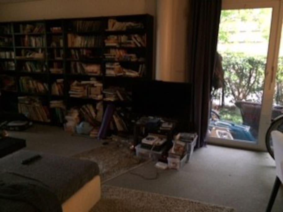 grosser Wohnraum mit TV, PS4, DVDs und Ausgang zum Gartensitzplatz