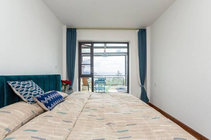 乳胶床垫,舒适床品的主卧,拉开窗帘可见洱海日出
