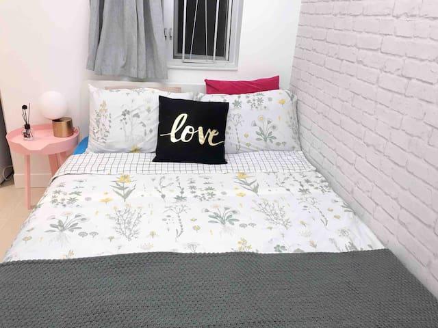 1.35 meters double bed; 1.35米雙人床