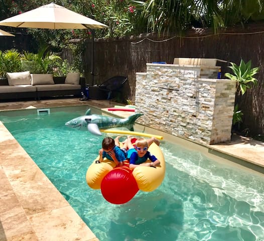 The Gladstone: 4+ bdr family home w heated pool