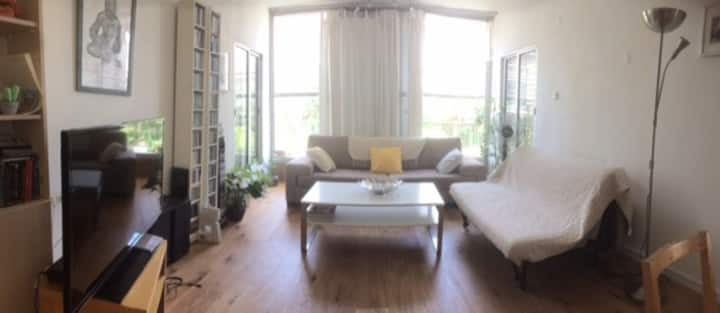 Cozy and quiet apartment in the heart of Tel-Aviv.