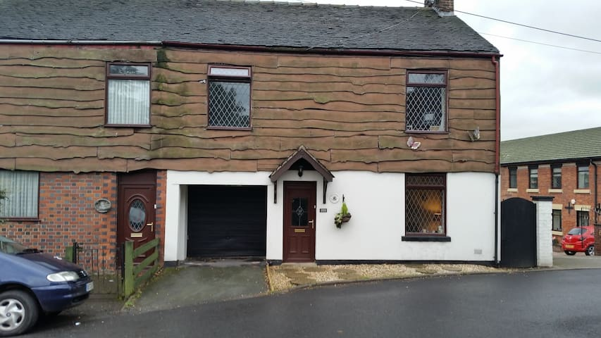 4 bedroomed cottage in quiet village - Mow Cop, England, GB - บ้าน