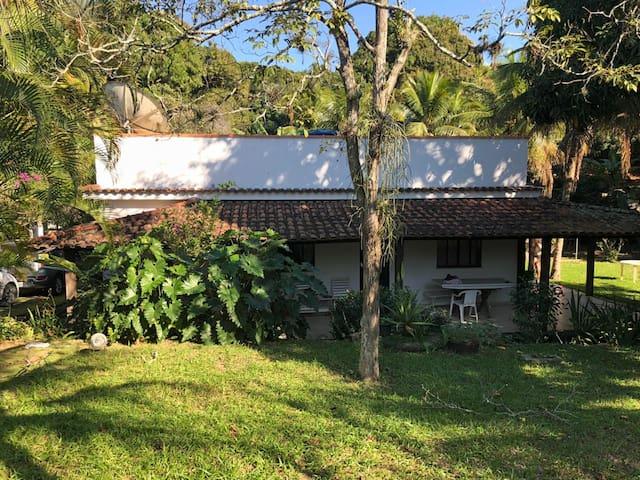 Casa com piscina e muito verde em Saquarema