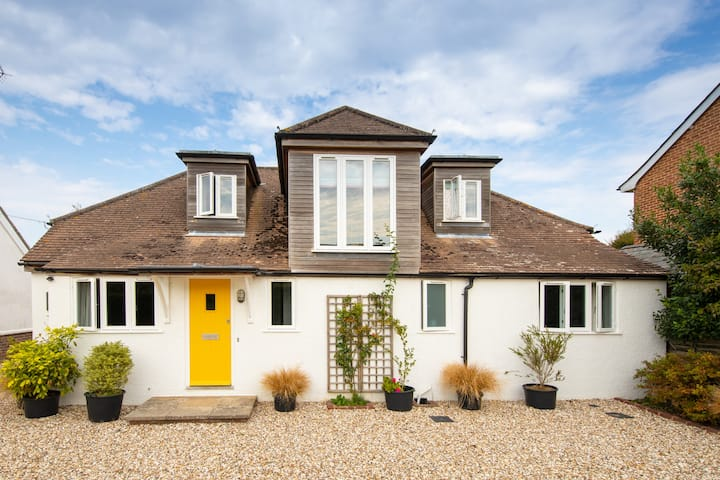8 guests stay in style in Bosham House near the Sea