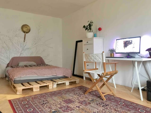 Minimalistic white apartment near metro (3 min)
