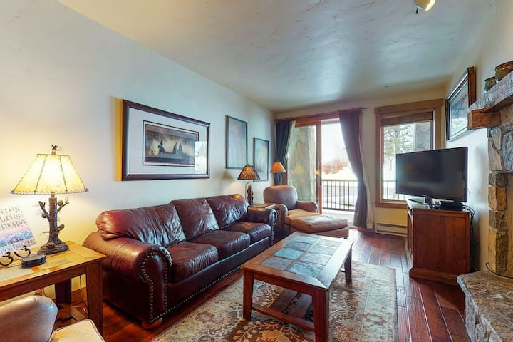 Walk-to-lift condo w/ fireplace, W/D, WiFi & shared hot tubs/pool/ski shuttle!