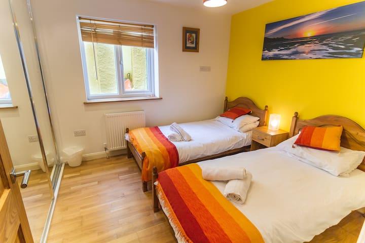Bedroom 3, 2 single beds