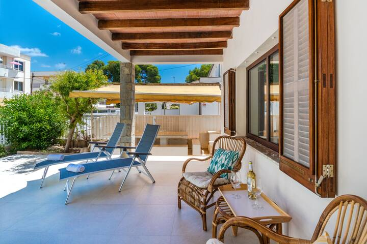 villa moderne rénovée à seulement 50 mètres de la plage d'Alcúdia