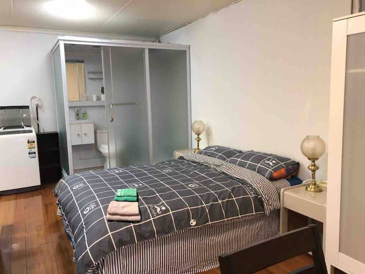 Perfect Studio close to Tram and Deakin Uni/shops
