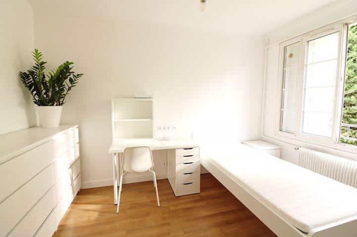 Chambre confort et lumineuse CDG Paris Nord RERB