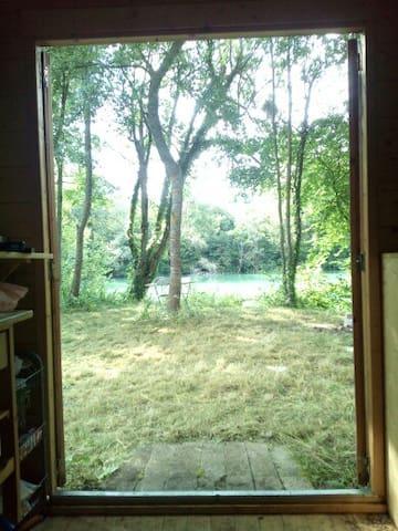 Chalet en pleine nature à bord d'un étang - DIJON - Cabaña