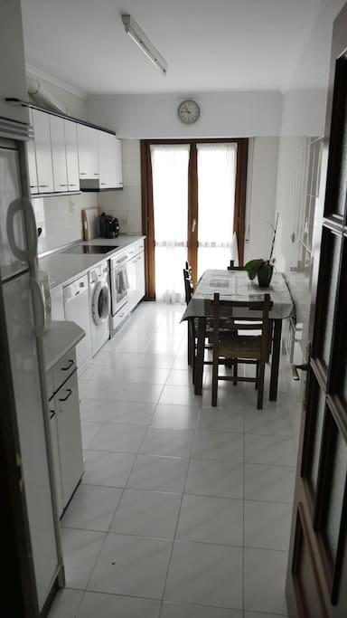 Cocina completa con frigorífico, lavavajillas , lavadora, horno y cafetera