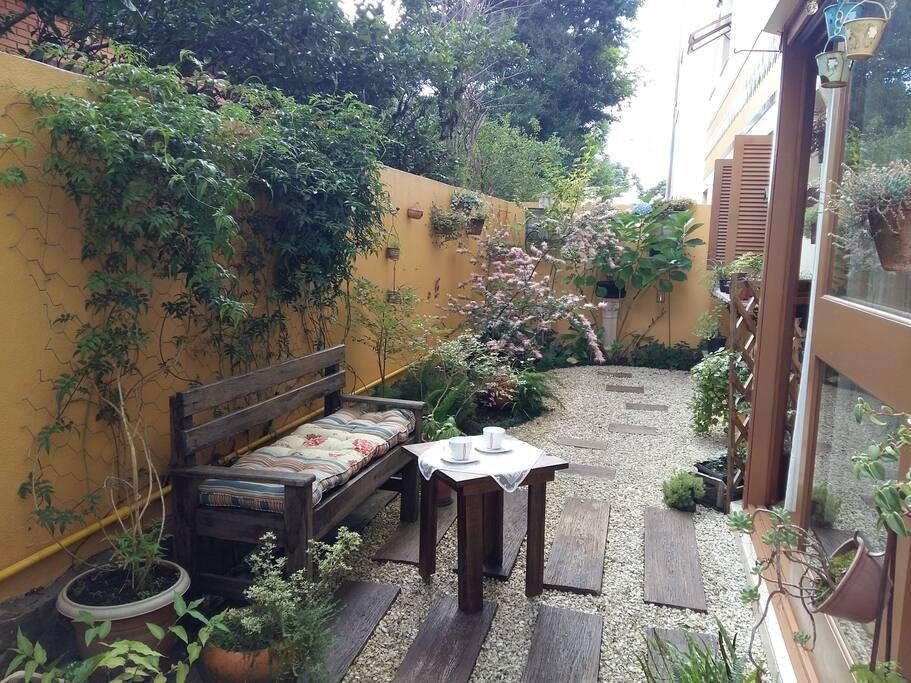 Lindo jardim privativo, com banco.