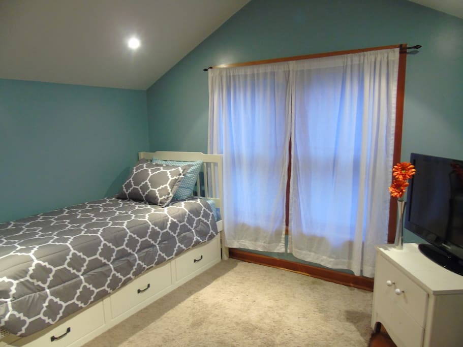Upper loft with twin bed (trundle closed)