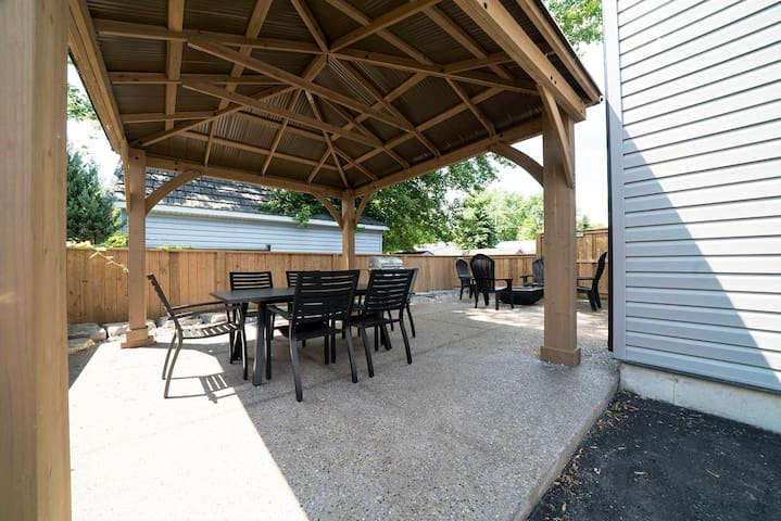 Solid covered pergola with seating for 6, plus a propane fireplace to enjoy (one tank included in your stay). Bbq also included (one tank provided for it also).