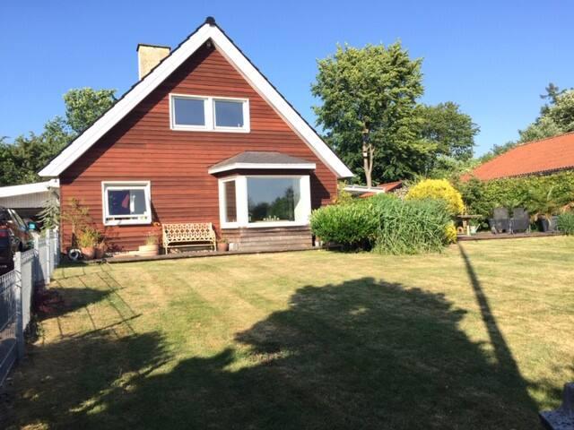 Skandinavisk hyggelig Villa i grønt område
