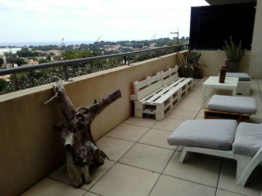 Salon de terrasse avec vue mer.