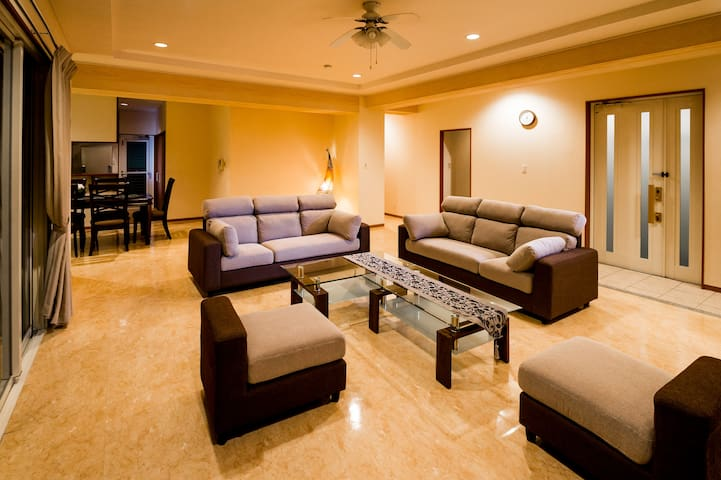 1800sqft(167㎡) 9人まで宿泊可 豪華な室内と高台から景色 -DynastyCourt-