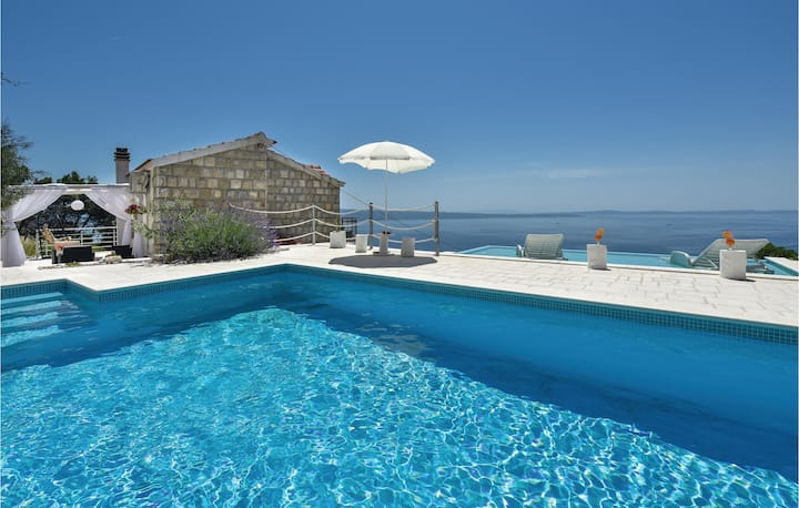 Stunning home in Podstrana with WiFi and 3 Bedrooms