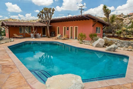 Mid-Century YV/JT Poolside Getaway - Yucca Valley - House