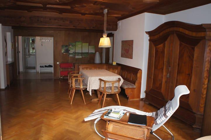 Esstisch und Chaiselongue im zentralen Wohnzimmer