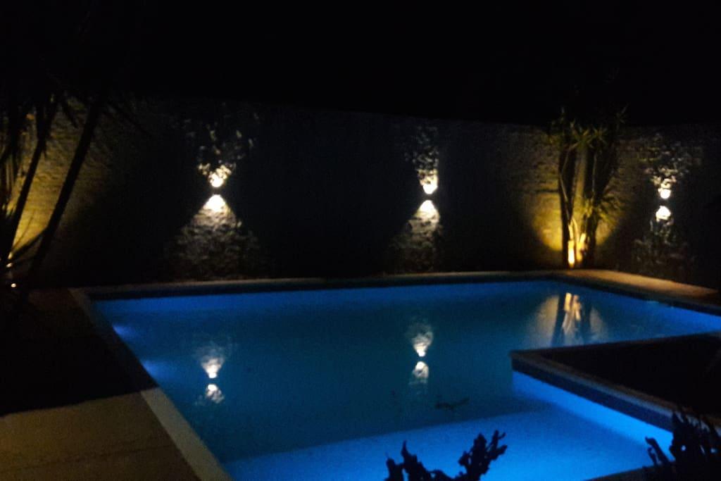 Vista noctura de la piscina