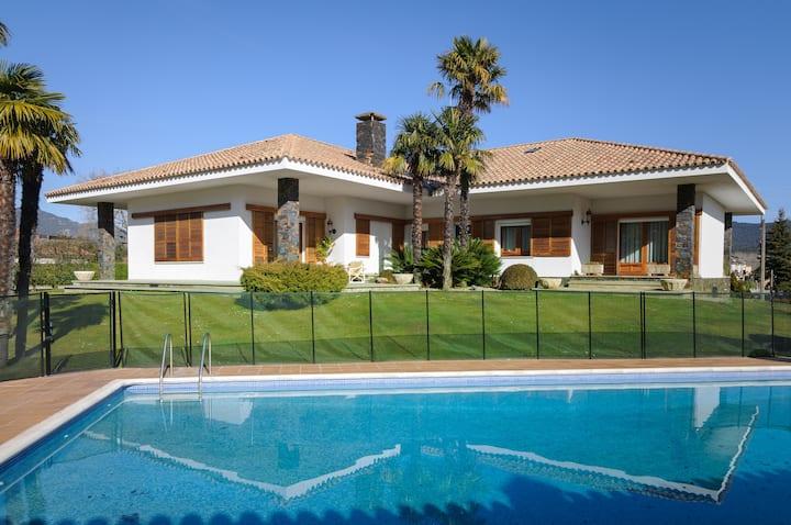 Acogedora casa con amplio jardín y piscina.