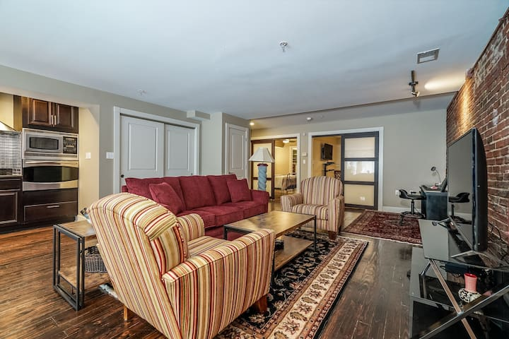 Upscale Retreat 1 block from 4th Street Live!