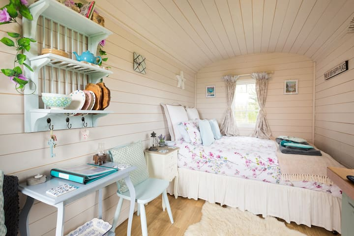 ☆ Cotswold Shepherd Huts at Durhams Farm - Elsie ☆