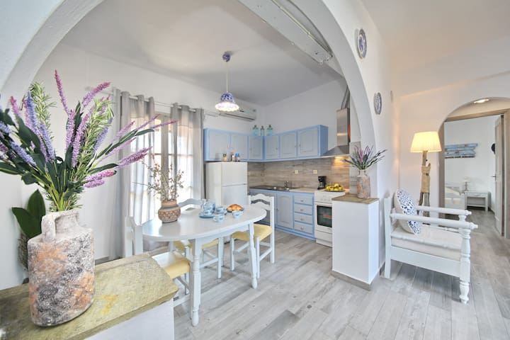 Summer getaway apartment at seaside (Yianna Sunny)