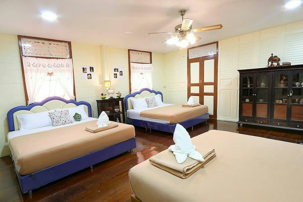 The room is decorated in contemporary style. It is a wooden house of Thailand. Antique wooden furniture and decorative items are classical dance.