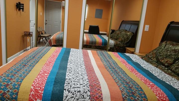 Lrg pvt Bedroom with AC/TV/WIFI/Dish/Pool