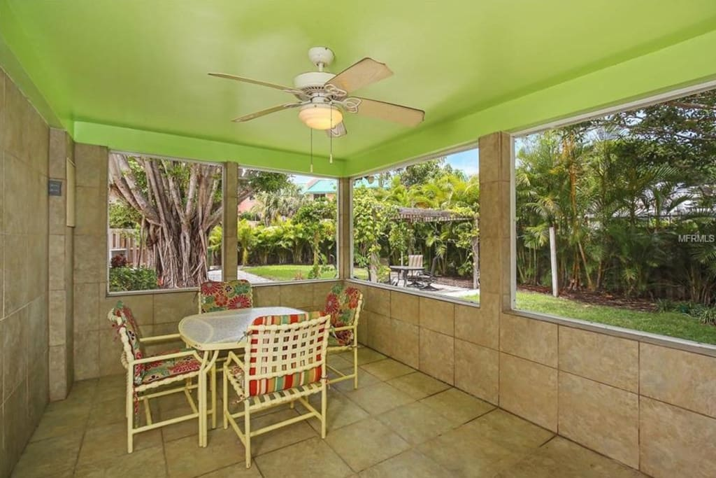 Private enclosed screened-in lanai