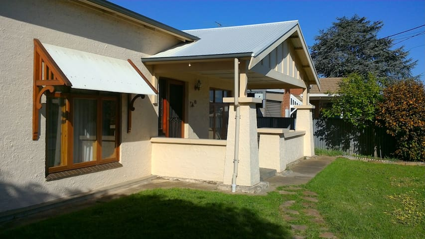 HOME SO SO SO CLOSE TO EVERYTHING! - West Croydon - Huis