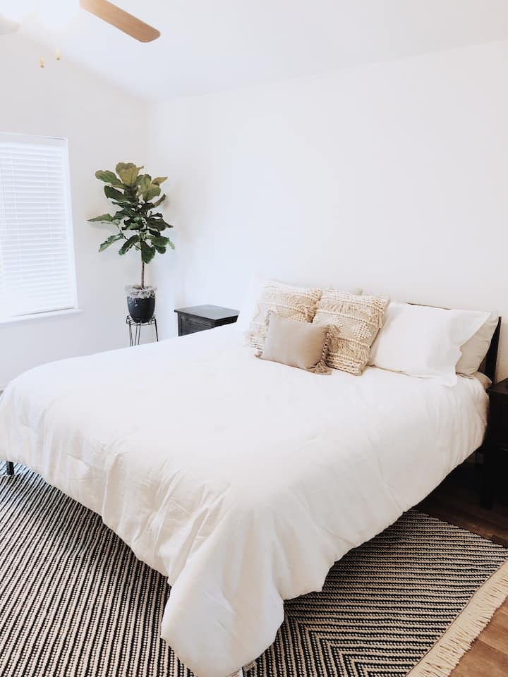 King Bed Suite! Pike Peak Views! Private Entrance.