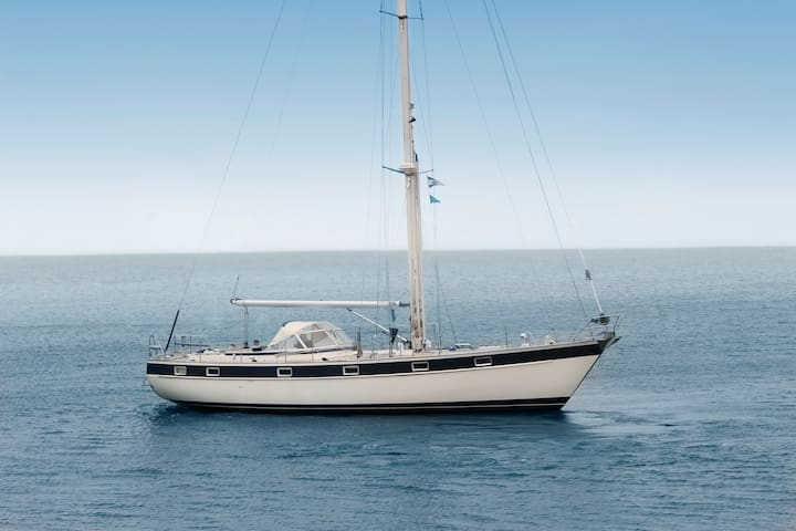 Classic sailing yacht in small picturesque harbour - Siros - Bateau