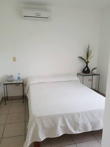 Habitación equipada con: •Cama matrimonial •Mesas de noche •Climatizada •Espejo •Pequeño balcón