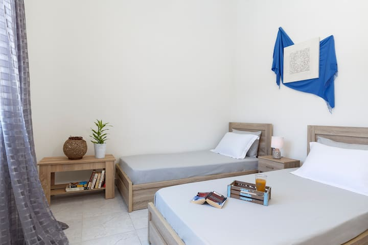 Second Bedroom 2 Single Beds + 32' smat tv sat NETFLIX